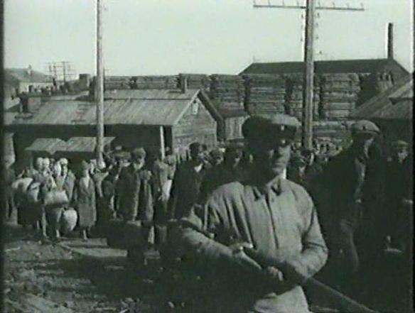 Обитель. Кадр из фильма Соловки. Конвоирование партии заключенных, прибывших в Кемский пересыльный пункт