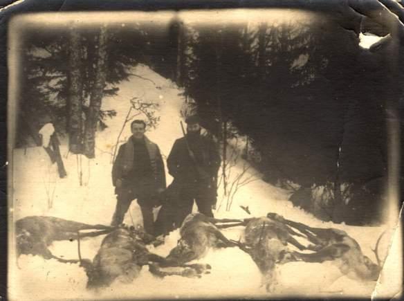 Обитель. Эйхманис на охоте [слева], это соловецкая фотография — улыбающийся, почему-то с усиками, очень красивый, в свитере, без шапки, высокие сапоги, ружье